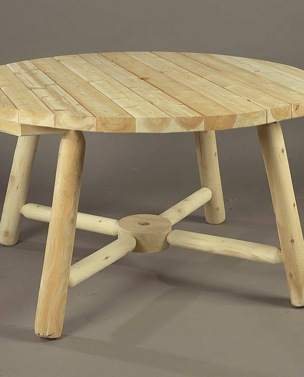 Table de jardin parasol ronde en c dre blanc c dre rondins for Decaper une table de jardin en bois