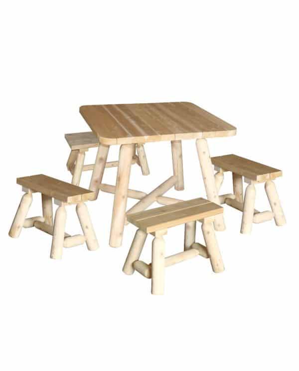 table carrée en bois et bancs