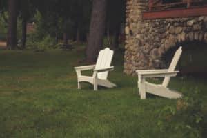 chaise adirondack dans un jardin